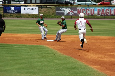 Carter Williams heads to second.